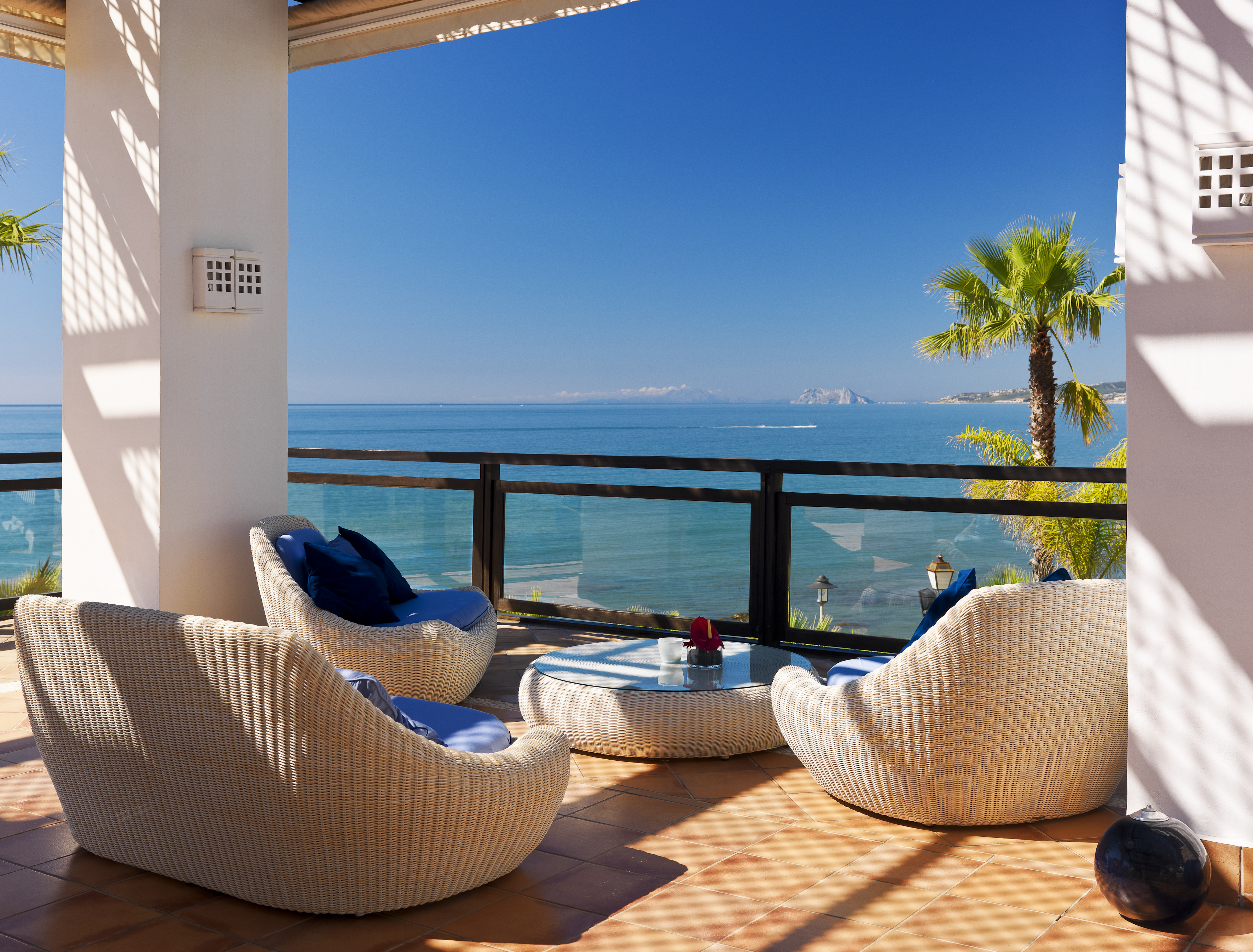 Hotel h10 estepona palace ulrika golf villas for Hotels on the terrace